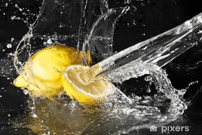 Fototapeta winylowa Świeże krople wody na cytryny na czarnym tle - Owoce