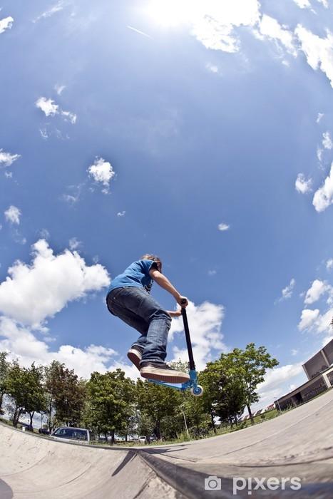 Sticker Pixerstick Garçon s'amuse avec le scooter dans le parc de skate - Adolescents