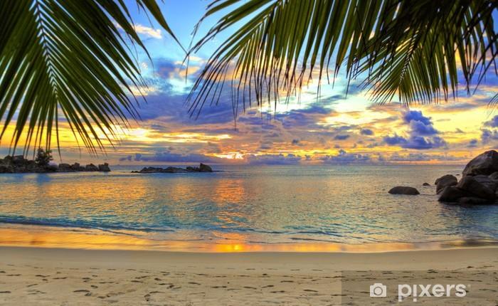 Fototapeta winylowa Tropikalnej plaży o zachodzie słońca - Tematy