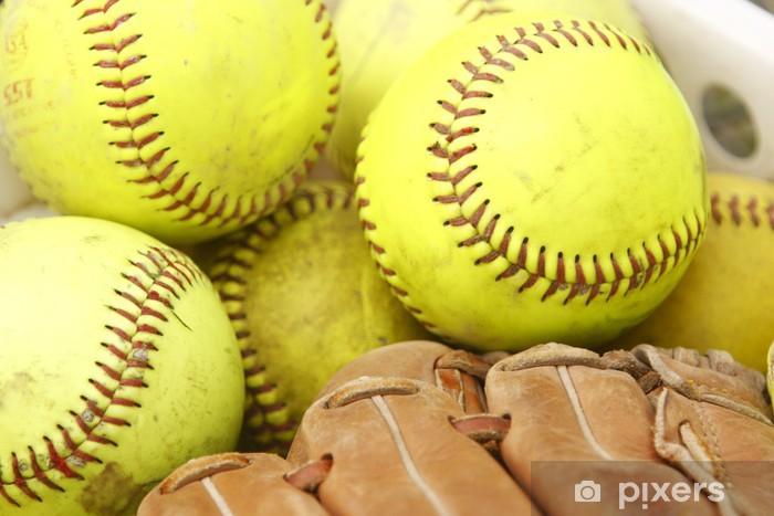 Vinyl Fotobehang Stapel van softballen en honkbal handschoen - Spellen