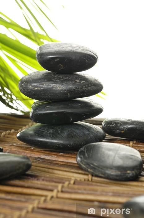 Papier peint vinyle Noir pierres spa zen avec des feuilles de bambou sur le tapis - Beauté et soins du corps