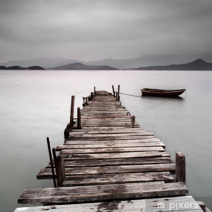 Vinyl Fotobehang Kijkt uit over een pier en een boot, lage verzadiging -