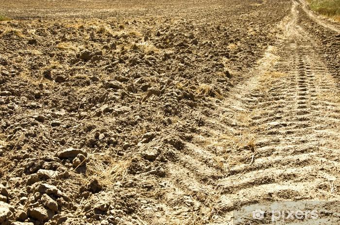 Vinilo Pixerstick Vía del tractor fresca en la tierra - América
