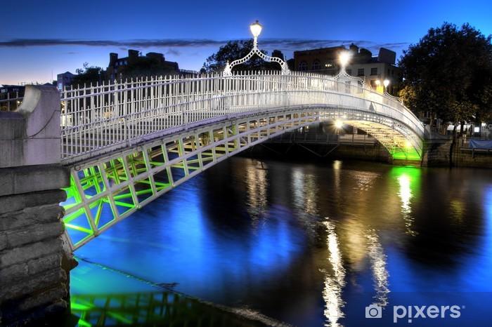 Fotomural Autoadhesivo El puente del medio penique en Dublín, Irlanda, en la noche - Infraestructuras