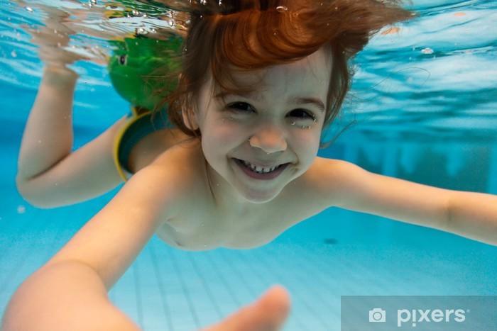 62bb04369 Fotomural Estándar La niña sonríe, nadando bajo el agua en la piscina