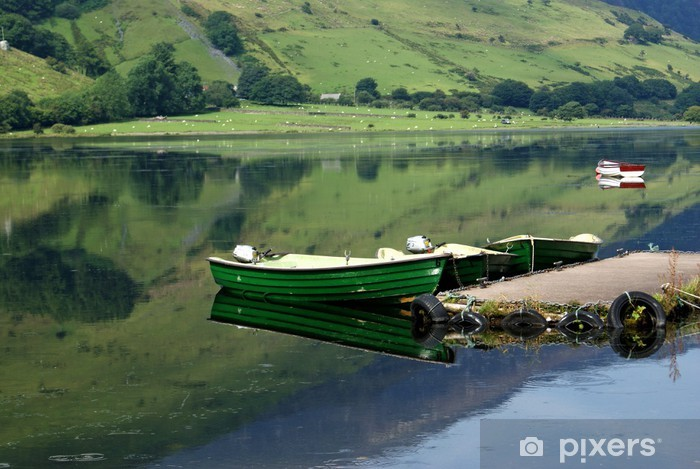 Papier peint vinyle Trois bateaux de pêche amarrés - Bateaux