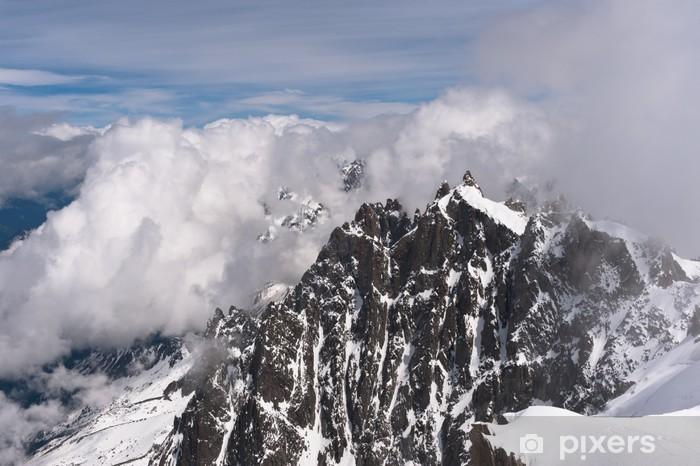 Pixerstick Sticker Ingesneeuwde bergpieken in wolken. Franse Alpen, Chamonix. - Vakantie