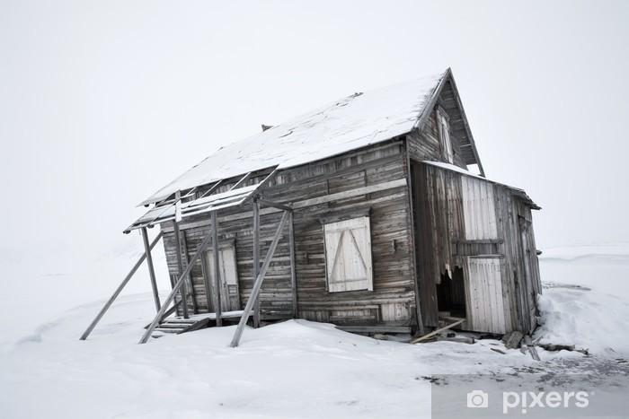 Fototapeta winylowa Stary opuszczony, drewniany budynek - Biegun Północny i Południowy