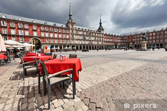 Sticker Pixerstick Cafe tables avec nappes rouges dans la Plaza Mayor. Madrid. - Villes européennes