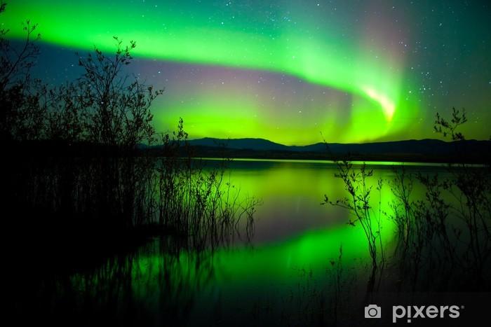 Vinyl-Fototapete Northern lights gespiegelt auf See -
