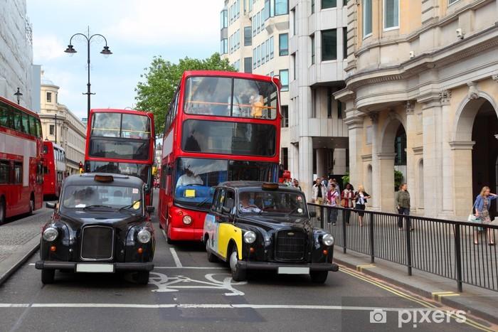 Fototapeta winylowa Czerwonym podwójnym autobusy z turystami i taksówki na ulicy w Londynie - Miasta europejskie
