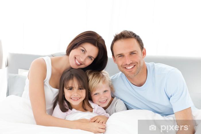 Papier peint vinyle Portrait d'une famille heureuse assis sur le lit - Vie de famille