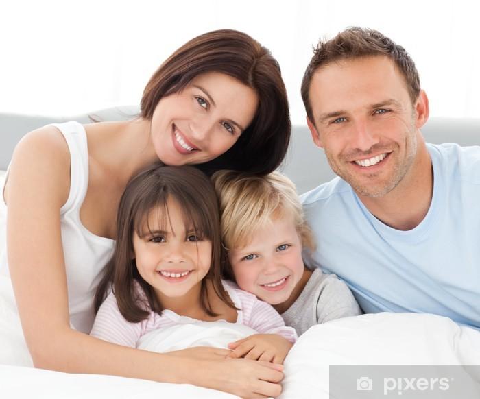 Pixerstick Dekor Underbar familj sitter tillsammans på sängen - Familjeliv