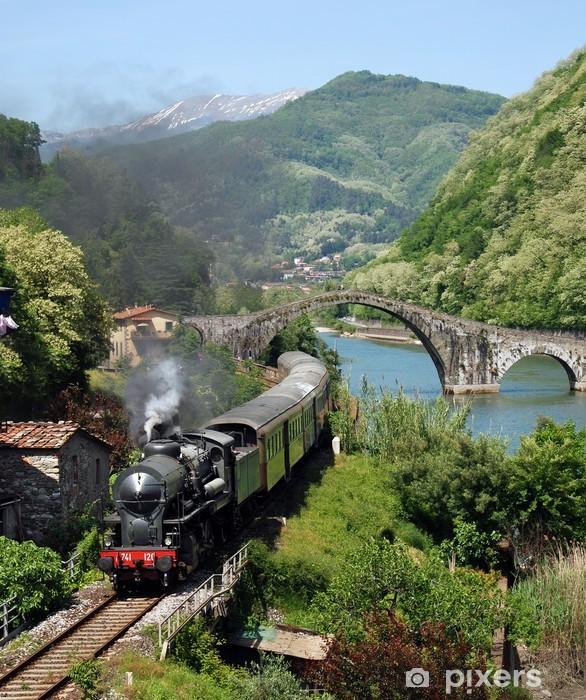 Fototapeta winylowa Pociąg parowy na Ponte del Diavolo (Most Diabła), Toscana - Wakacje