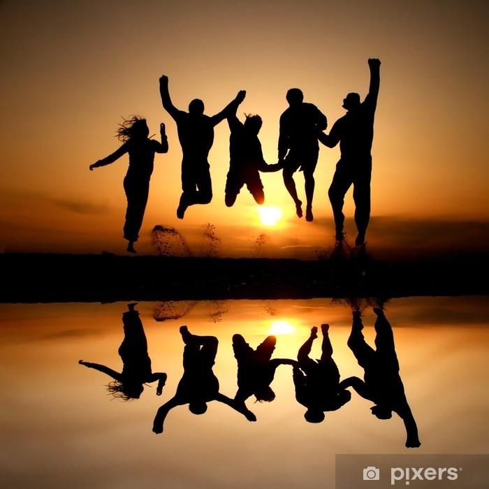 Pixerstick Dekor Silhuett av vänner hoppar på stranden i solnedgången - Grupper och folkmassor