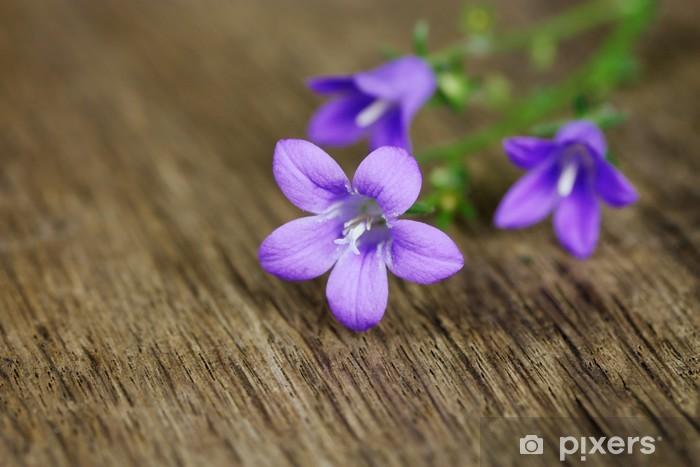 59f5652a1be1d0 Fototapeta winylowa Delikatne kwiaty na rustykalną drewniany stół - Kwiaty