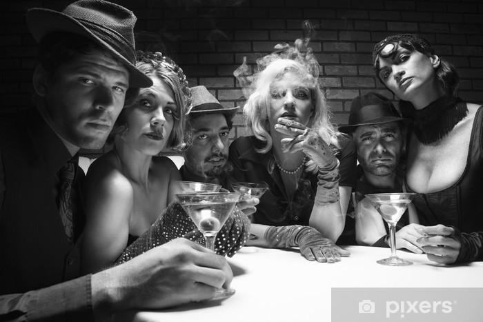 Naklejka Pixerstick Retro mężczyźni i kobiety siedzi przy stole w salonie. - Gniew