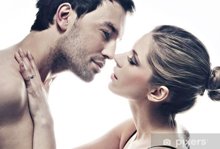 Papier peint vinyle Portrait de beau couple s'embrasser en douceur - Couples