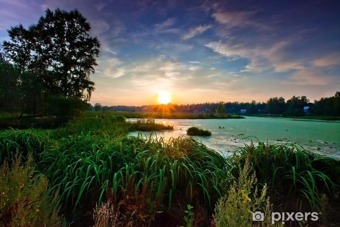 Vinyl-Fototapete Landschaft mit kleinen Wald Fluss bei Sonnenuntergang - Jahreszeiten