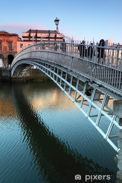 Zelfklevend Fotobehang Mensen die op de brug in Dublin, Ierland - Europa