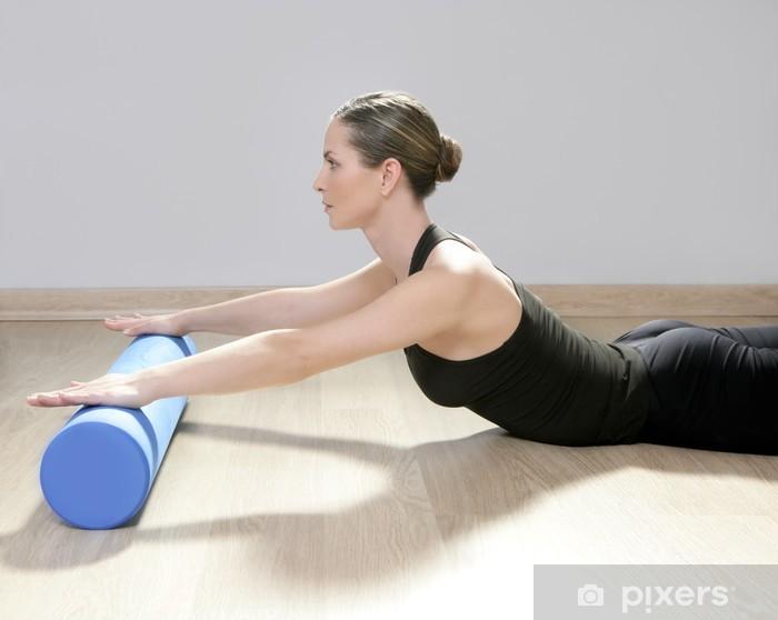 Fototapeta winylowa Pianka niebieski walec pilates kobieta sportu siłownia joga - Zdrowie