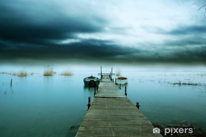 Papier peint vinyle Une tempête arrive dans la nuit sur le lac - Eau
