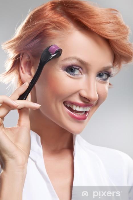 Sticker Pixerstick Belle femme souriante avec Dermaroller sur le visage - Beauté et soins du corps