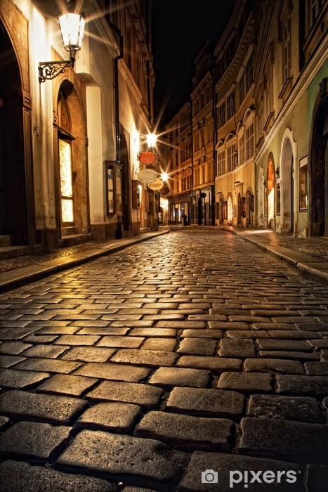 Fototapeta winylowa Wąska uliczka z latarniami w Pradze na noc - Praga