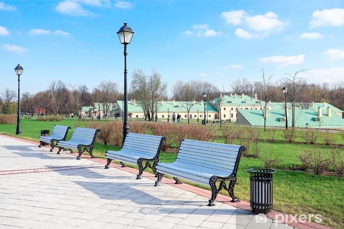 Fototapeta winylowa Białe ławki w parku latem - Sporty na świeżym powietrzu