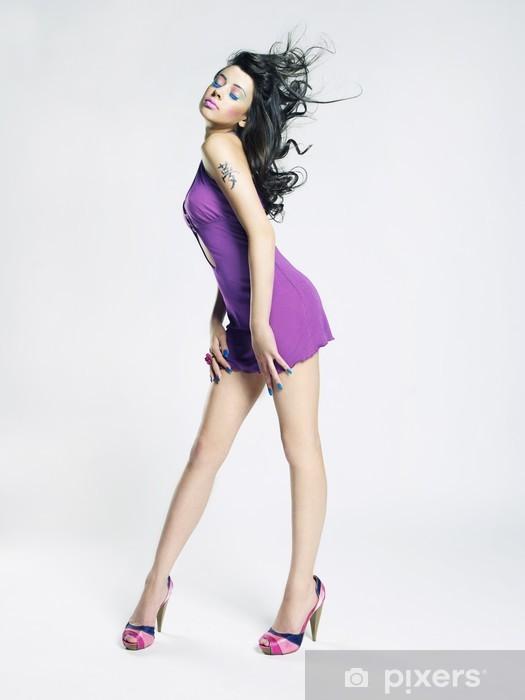 Papier peint vinyle Belle jeune femme en robe lilas - Femmes