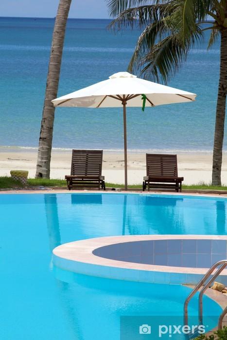 Fototapeta winylowa Leżaków przez ocean plaży i basenu - Wakacje