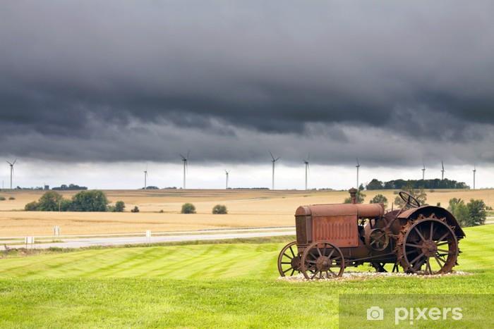 Sticker Pixerstick Vieux tracteur rouillé avec un temps d'orage en arrière-plan - Campagne