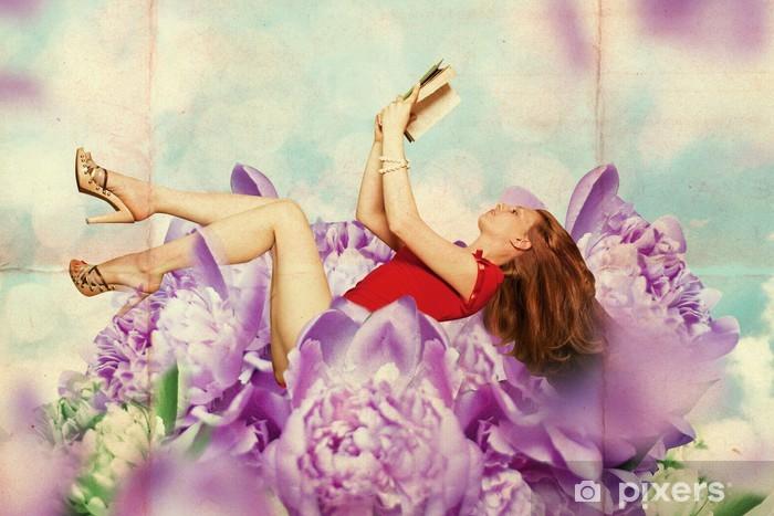 Papier peint vinyle Belle femme avec le livre dans les fleurs - Thèmes