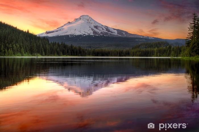 Fototapet av Vinyl Reflektion av Mount Hood på Trillium Lake vid solnedgången -