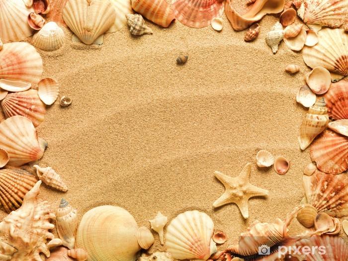 Papier peint vinyle Coquillages avec du sable comme toile de fond - Europe