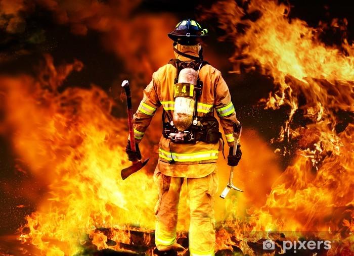 Vinilo Pixerstick En el fuego, un bombero de búsquedas de posibles supervivientes - Profesiónes
