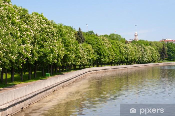 Sticker Pixerstick Vue sur la rivière et le parc l'été Svisloch à Minsk, Biélorussie - Europe