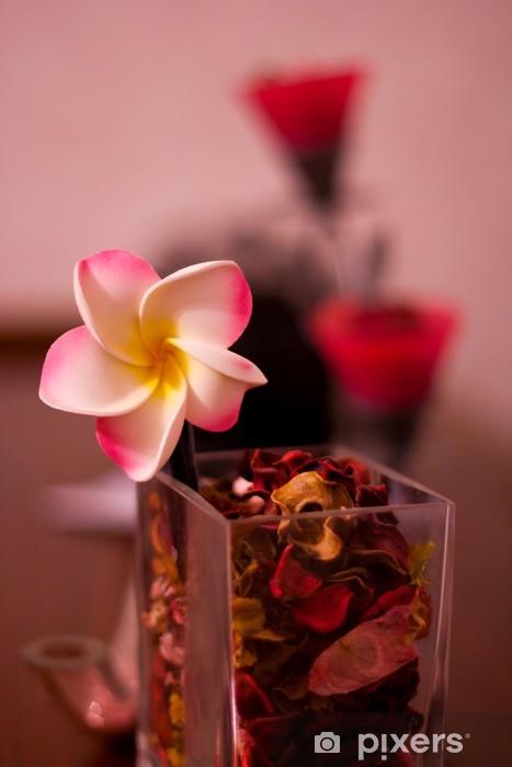 Papier peint vinyle Still-life. Une fleur dans un vase de couleur bordeaux - Fleurs