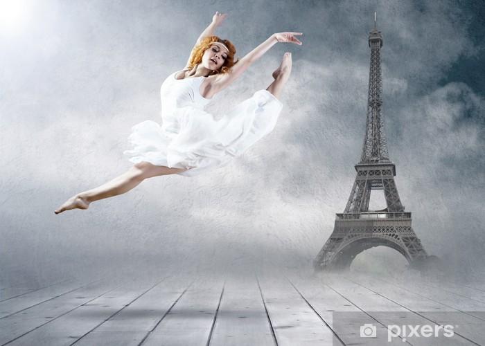 Fototapet av Vinyl Kvinna dansare sittplatser poserar på Eifel tornet bakgrund - Teman