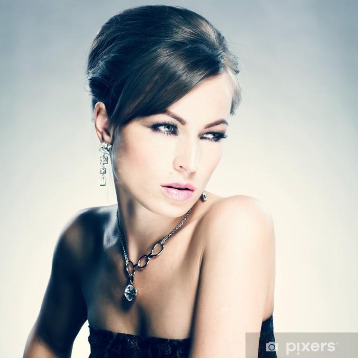 Poster Belle femme avec maquillage de soirée. Bijoux et Beauté - Mode