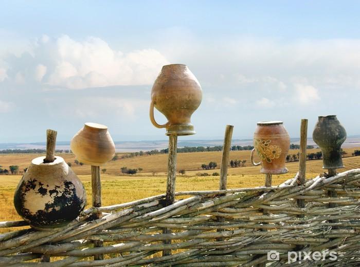 Fotomural Estándar Cerca de mimbre con jarras - paisaje étnico de Ucrania - Europa