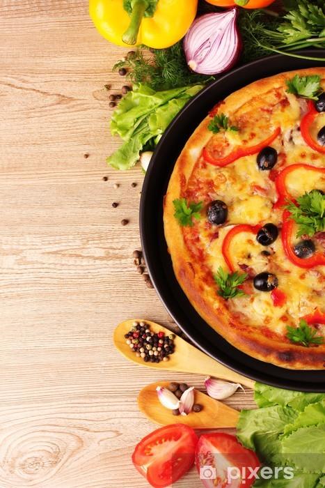 Fototapeta winylowa Pyszną pizzę na talerzu i warzyw na drewnianym tle - Tematy