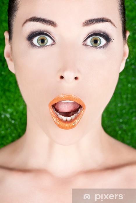 9ff5dbd80f06 Smuk kvinde med brede åbne grønne øjne og glatte læber Vinyl fototapet