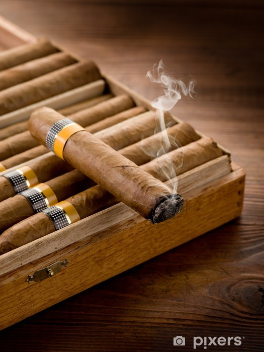 Nálepka Pixerstick Kouření kubánských doutníků přes pole na dřevo pozadí - Štěstí