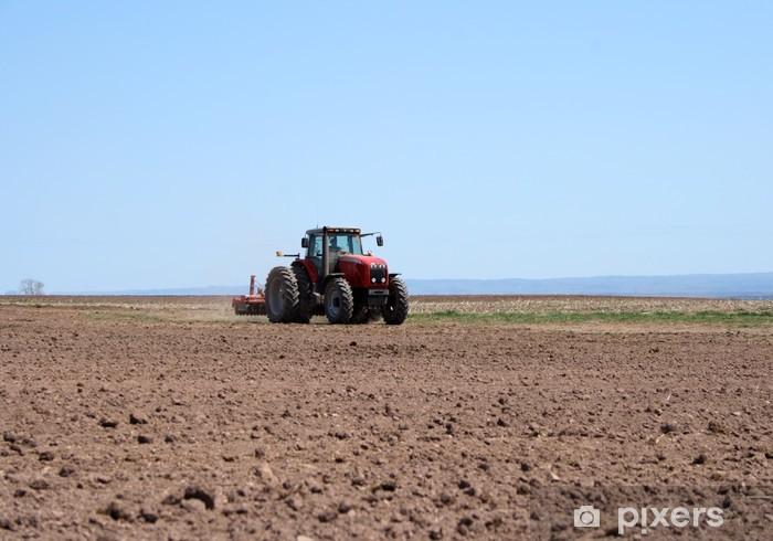 Maanviljelijä työskentelee hänellä traktoria kynsiväriä keväällä. Vinyyli valokuvatapetti - Maatalous