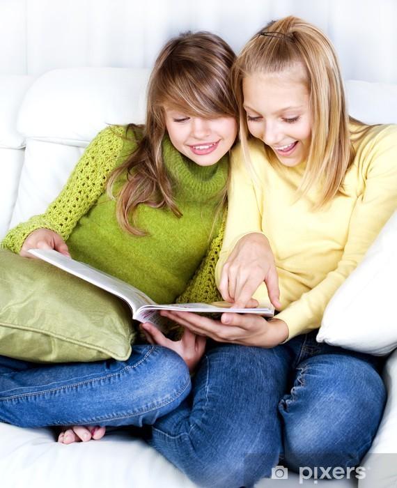 Fototapeta winylowa Teenage Dziewczyny czytając magazyn o modzie - Szczęście