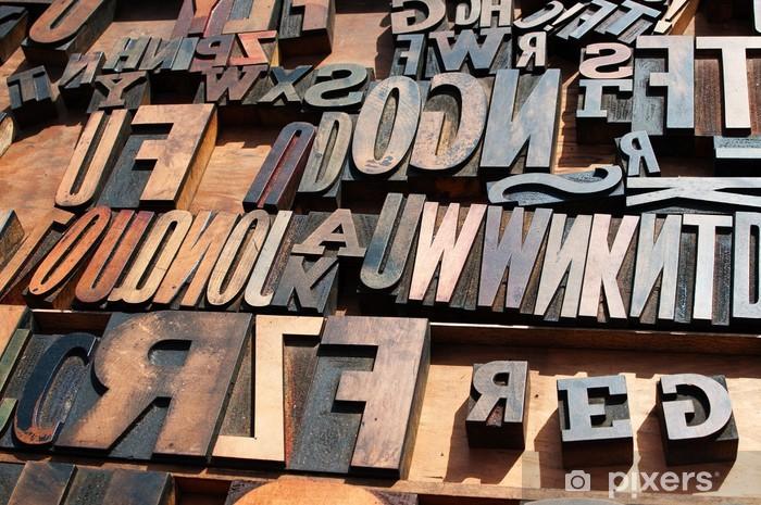 Fototapeta winylowa Kilka starych zabytkowych drewnianych liter drukarskich bloku prasowych. - iStaging
