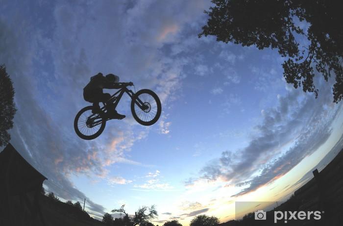 Papier peint vinyle Silhouette d'un radical VTT saut - Cyclisme