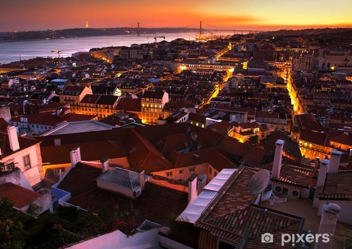 Papier peint vinyle Vue nocturne de la partie centrale de Lisbonne, Portugal - Villes européennes
