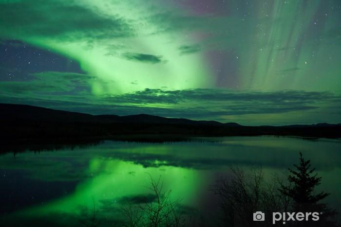 Vinilo Pixerstick Cielo nocturno Estrellas Nubes Northern Lights refleja - Maravillas de la naturaleza